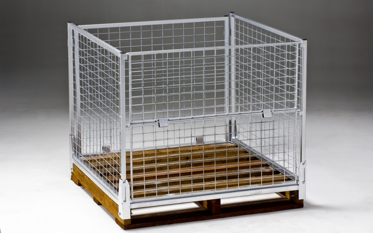 Wire mesh cage for pallets
